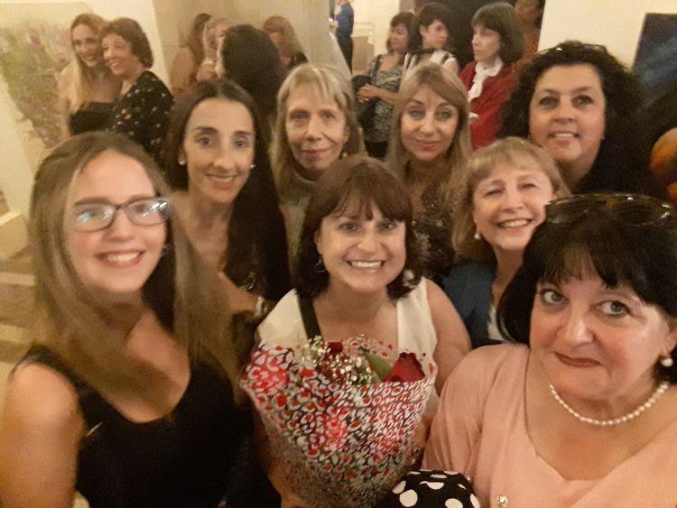 """Integrabtes de Rotary Club """"La Veleta de Caballito"""" acompañando a las premiadas."""