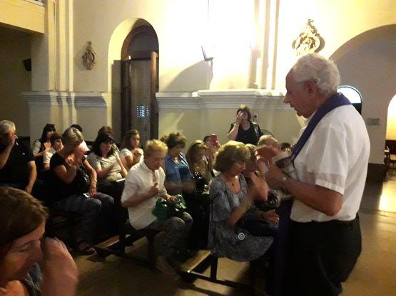 En El Buen Pastor los vecinos reciben la bendición.