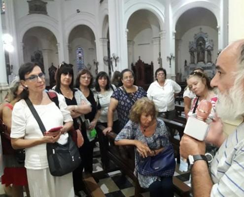El padre Carlos, párroco de Nuestra Señora de Buenos Aires con los vecinos.