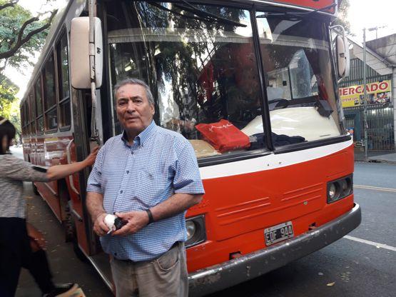 Arnaldo Goenaga, director del Periódico ABC junto al micro que transportó a los visitantes.
