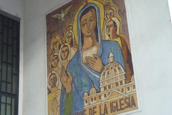 Mural en mayólicas en la entrada de María Madre de la Iglesia.