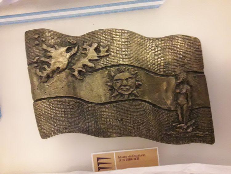 Placa entregada durante el evento realizada por artistas del museo.