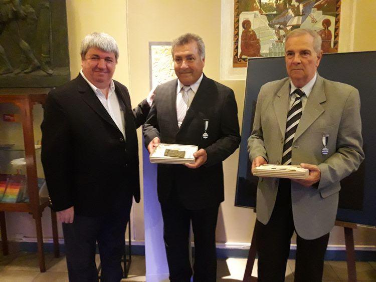 Ricardo Pedace entrega las distinciones a los excombatientes Ignacio Sandoval y Roberto Puig