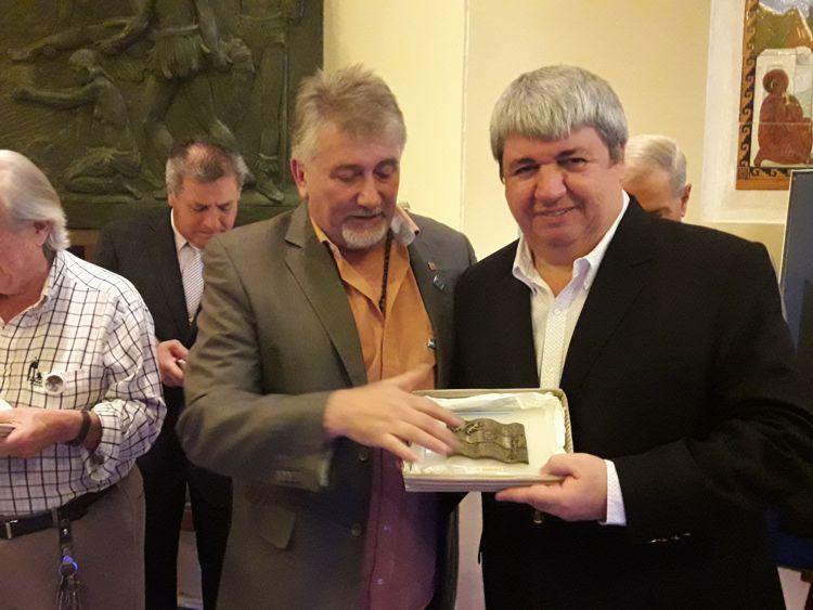 Ricardo Pedace junto a Darío Kehr recibiendo su distinción.