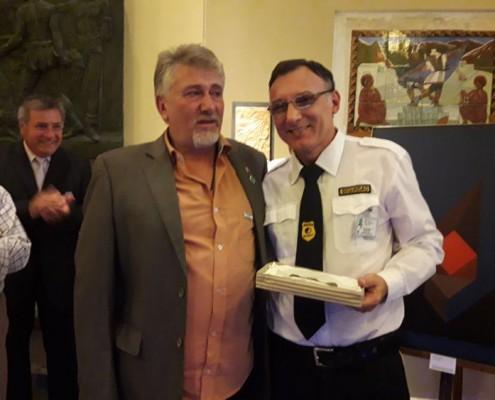 Luis Adrián Ortiz, personal del Museo recibe la placa que entrega Darío Klehr.
