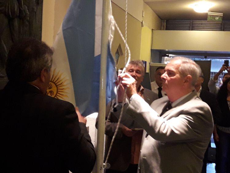 Los excombatientes Ignacio Sandoval y Roberto Puig arriando la bandera.