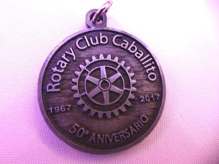 Medalla conmemorativa de los 50 años entregada a los 54 socios del club.