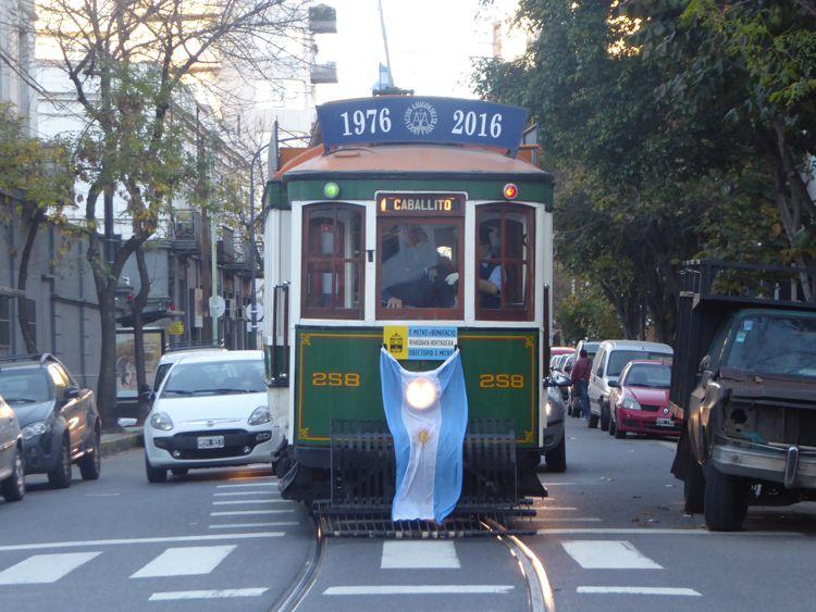 Tranvía Histórico embanderado.