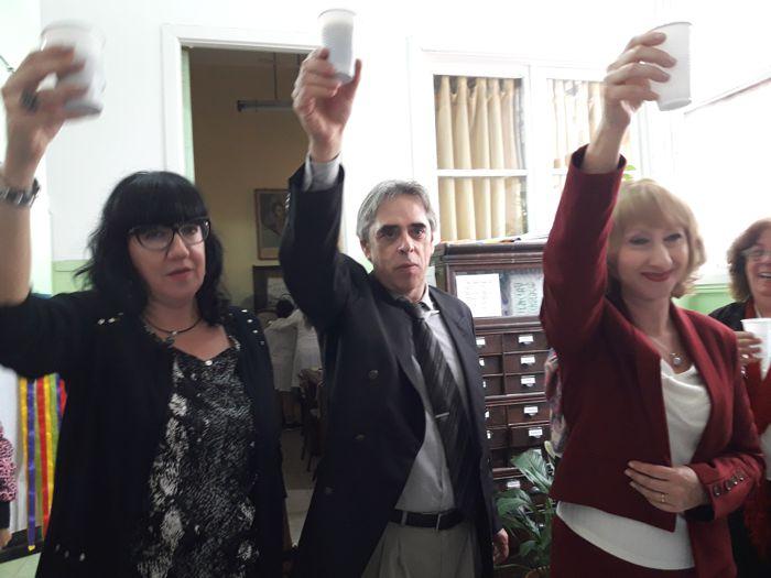 La directora Alicia Dipinto y el vicedirector Marcelo Soria en el momento del brindis