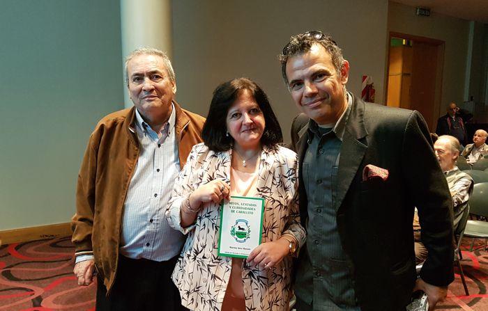 El Profesor Juan Antonio Lázara y Arnaldo Goenaga, director del Periódico ABC, presentaron a la autora.