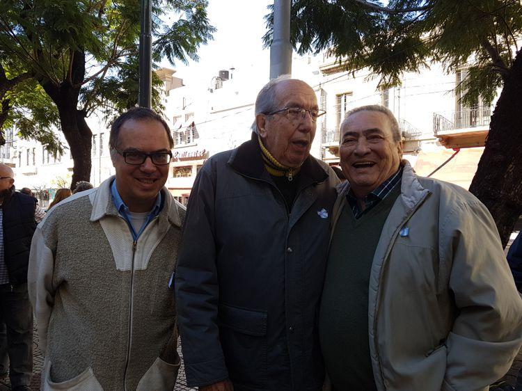 Plaza Primera Junta. Gabriel Mattallia y Aquilino González Podestá (AAT) junto a Arnaldo Goenaga (Periódico ABC) integrantes de la Red de Cultura.