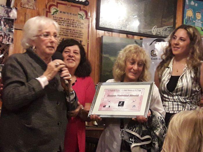 """Susana Rinaldi recibiendo el premio """"Paquita"""" entregado por el equipo de """"Mirada Cultural"""""""
