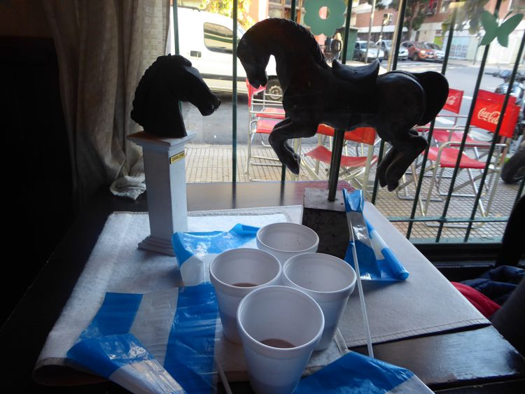 """Café Notable """"El Viejo Buzón"""". Se convidó chocolate a os vecinos que se acercaron al festejo."""
