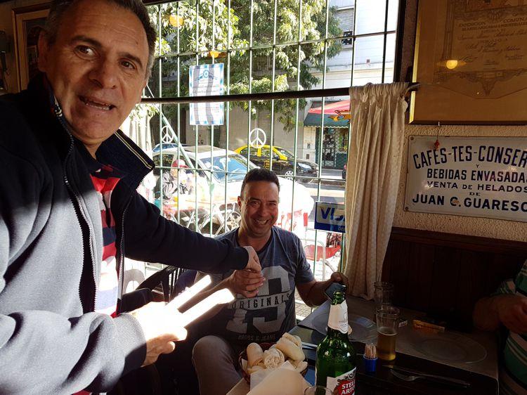 """Café Notable """"El Viejo Buzón"""". También se regalaron escarapelas."""