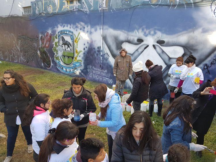 Manos a la obra, chicos y grandes colaboraron con los murales.