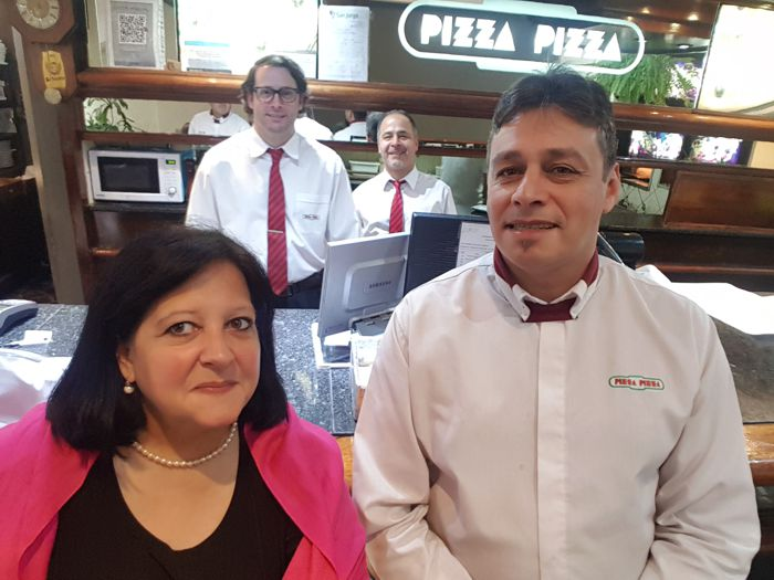 Agradecemos al personal de Pizza-Pizza.