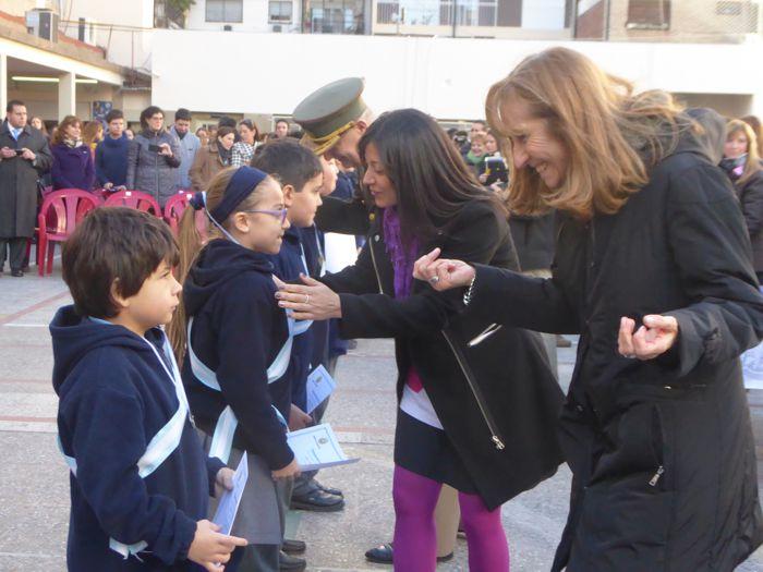Autoridades y docentes entregaron los diplomas y medallas.