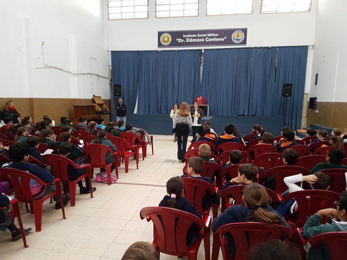 Los más de cien alumnos participantes en el Salón de Actos de Colegio Dámaso Centeno.