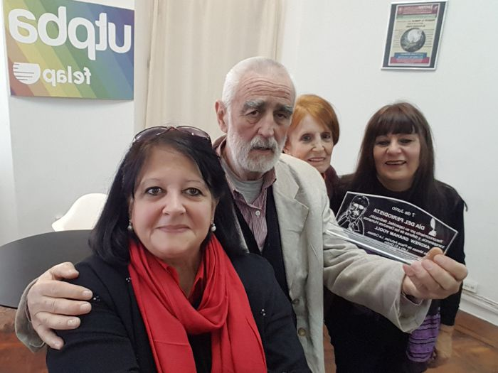 Las periodistas Patricia Silva, Nora Lafón y Marina Bussio, entregaron elreconocimiento en nombre de todoe los integrantes de las diferentes agrupaciones.