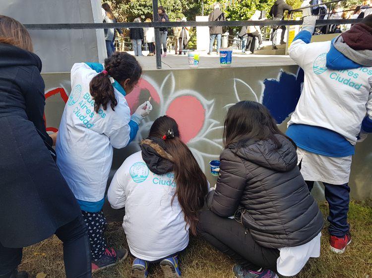 Participando en la realización de los diferentes murales.