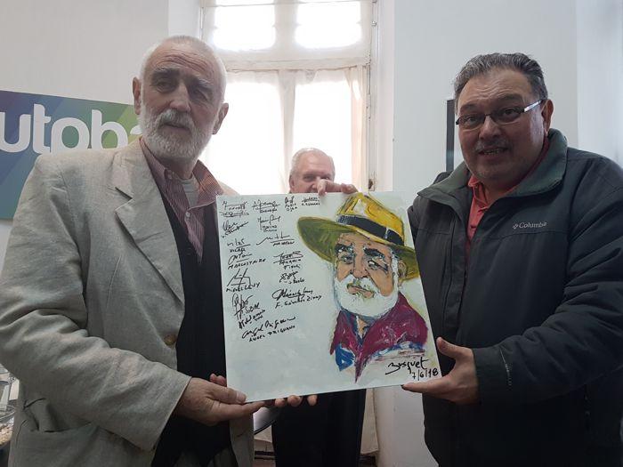 Leonardo Busquet, integrante de La Mesa de los Jueves de Plaza Asturias, obsequió un trabajo de su autoría, firmado por los integrantes de as difrentes Mesas.