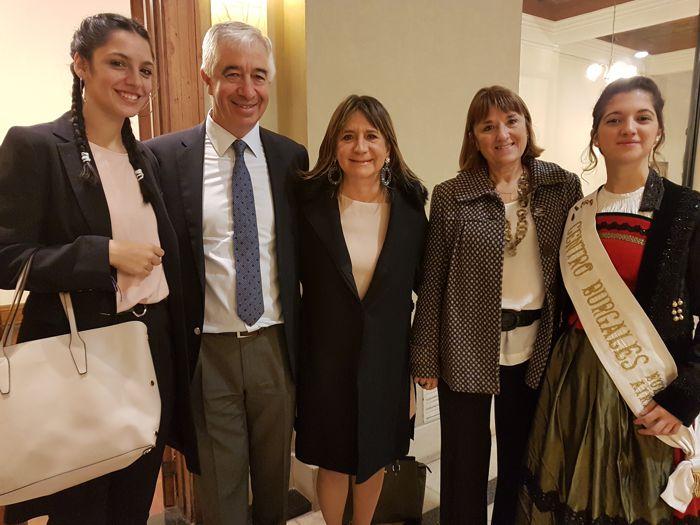 En el centro Julia Hernando, presidenta del Centro Burgalés acompañada por su esposo, Elvira Lalín, del Rotary Club La Veleta de Caballito, la reina saliente y la reina entrante.