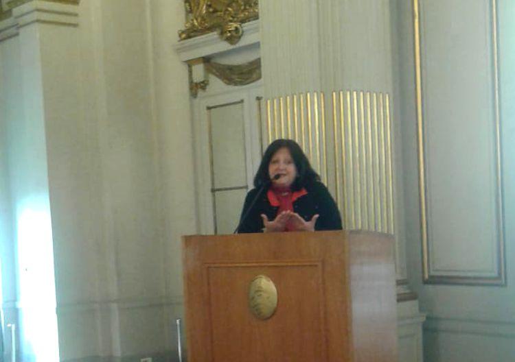 """Marina Bussio, integrante de la Junta de Estudios Históricos del Caballito y de Rotary Cub """"La Veleta de Caballito"""" durante su exposición."""