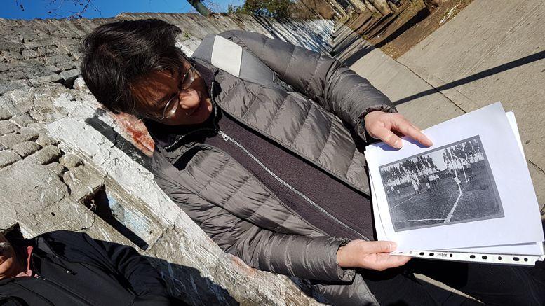 Leonel Contreras, a cargo del recorrido, ilustró la visita con fotos históricas.