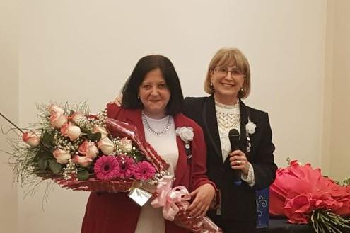 """Marina Bussio, nueva presidenta del Rotary Club """"La Veleta de Caballito"""" y Susana Espósito, presidenta saliente."""
