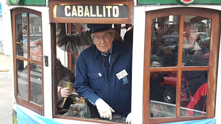 Aquilino González Podestá, oficiando de motorman