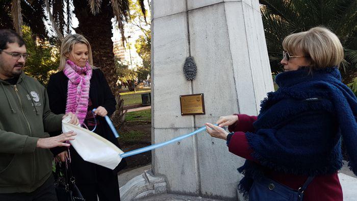 Los comuneros Hipólito Forno, Fernanda Moro y Susana Espósito descubren la placa por los 90 años del Parque Rivadavia.