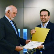 Barry Rassin recibe su diploma de manos de Francisco Quintana, vicepresidente de la Legislatura.