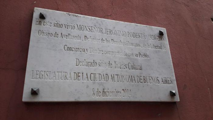 En la entrada se encuentra la placa colocada por la Legislatura.