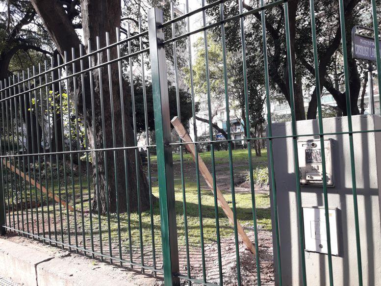 Se están colocando rejas de mayor altura en todo el perímetro de la plaza.