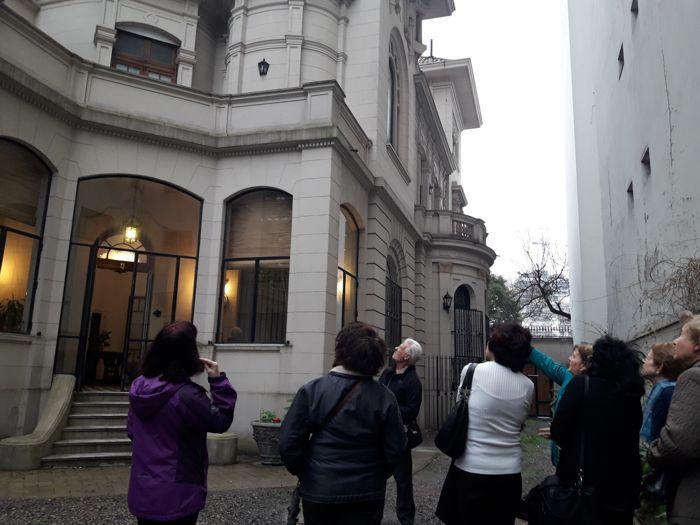 Lucía Ferraris explica detalles de la construcción.