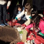 Los chicos arrojan las ofrendas a la Pachamama