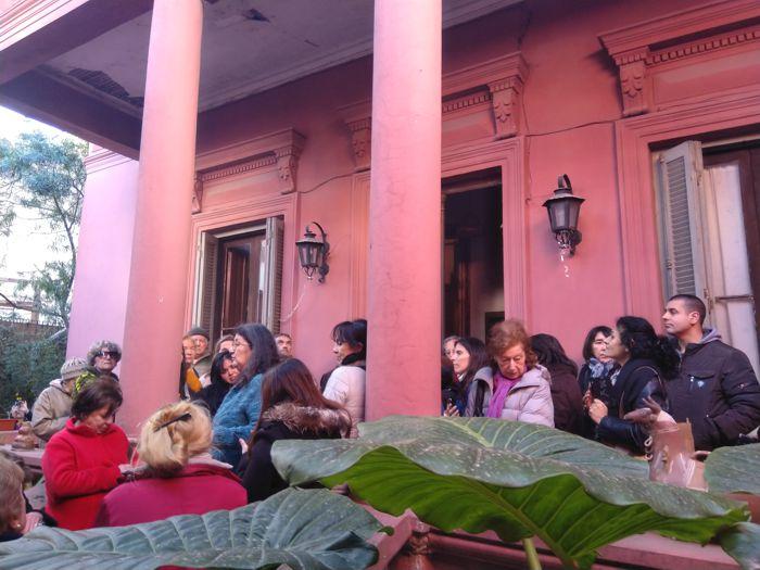 Clelia recibió a los visitantes y contó la historia de la casa y de sus padres.