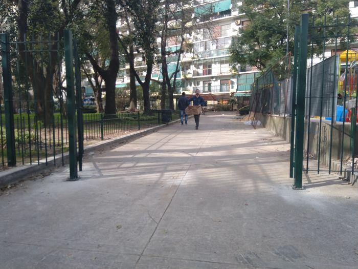 Nuevo portón de acceso por la calle Rojas.