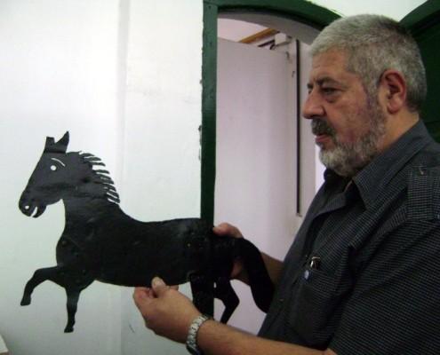 Héctor Núñez Castro sosteniendo la Veleta original que dio nombre al barrio de Caballito.