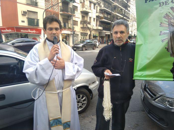 El padre Guido bendice los rosarios.
