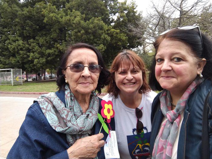Amanda Linares, docente jubilada de la Escuela Normal 4, sumó su trabajo solidario y obsequió las flores.