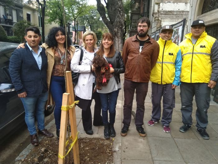 Carina Terrero de a Cofradía de Caballito y Karina Spalla, directora de la Corporación Buenos Aires Sur junto a Hipólito Forno.