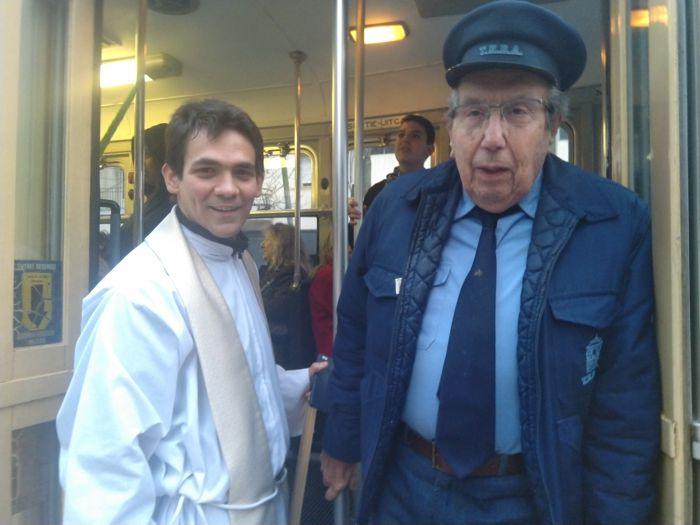 El padre Guido junto a Aquilino Gonzállez Podestá de la Asociación Amigos del Tranvía.