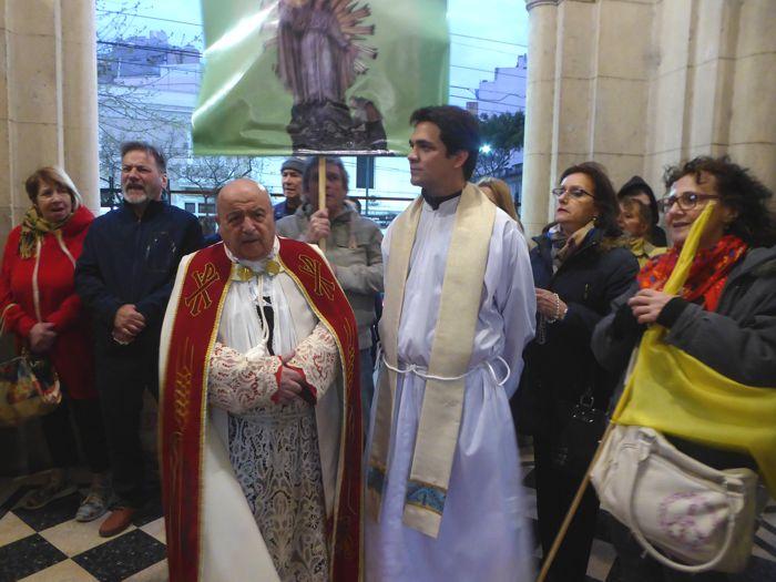 Monseñor Antonio Aliosio recibió a la procesión.