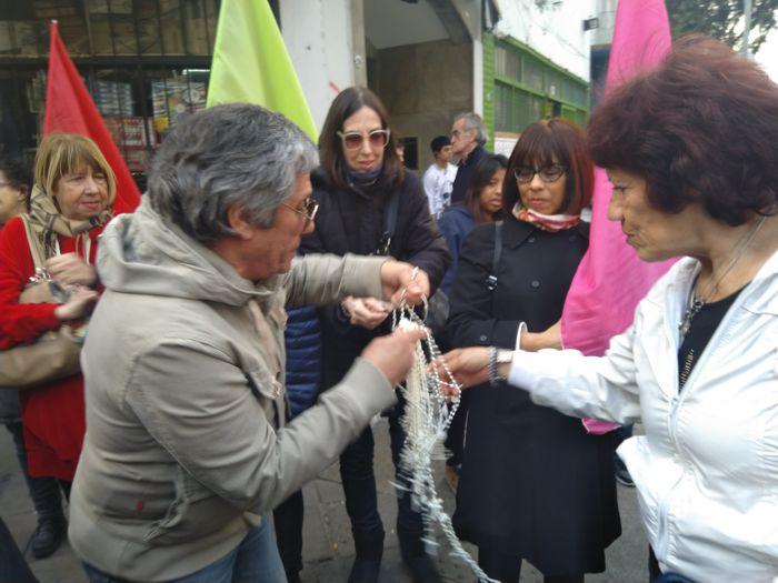 Francisco Silva repartió rosarios a todos los vecinos.