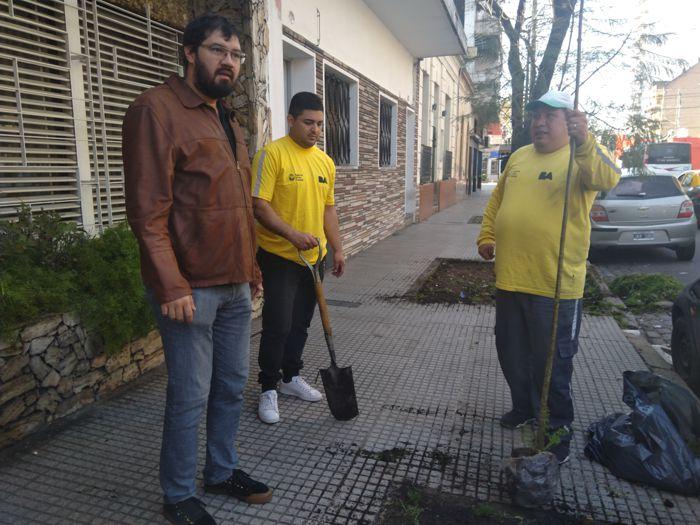 Hipólito Forno, presidente de la Junta Comunal 6 con personal de la cuadrilla