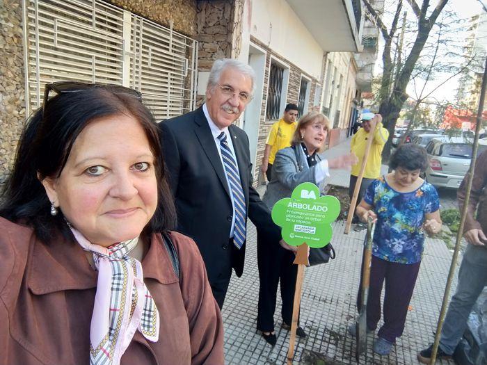 Marina Bussio, directora de la Revista Horizonte y presidente de Rotary Club La Veleta de Caballito y Ricardo Pedace, director de la AGC fueron invitados a participar en la plantación.