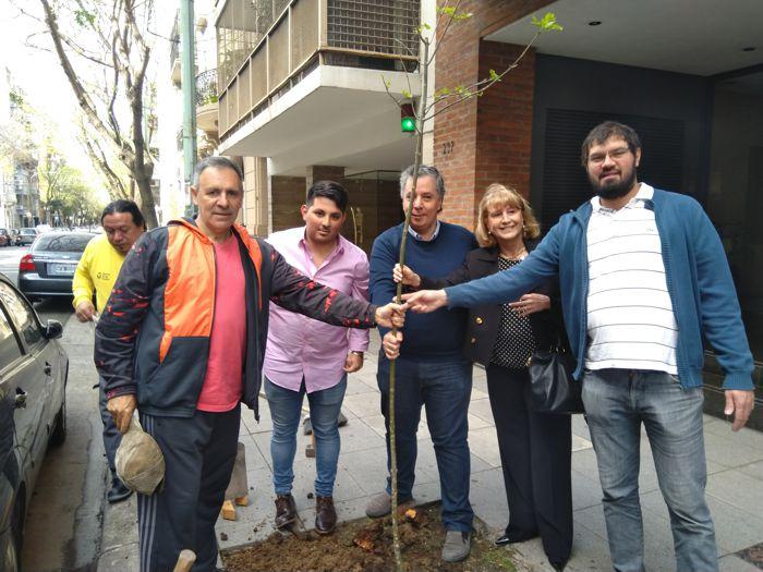 Sergio Mosquera de la Cofradía de Caballito y el legislador Guillermo Suárez, invitados a plantar.
