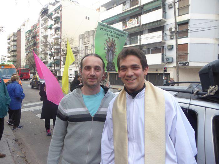 El padre Mariano de la parroquia Nuestra Señora de los Dolores junto al padre Guido de Santa Julia.