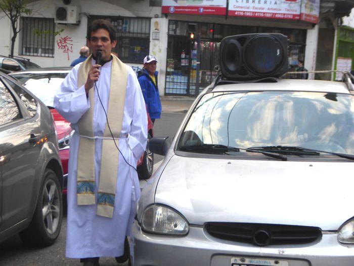 El padre Guido animó la procesión.